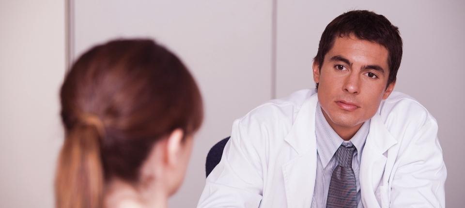 Médecin devant une patiente
