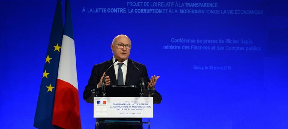 Photo de Michel Sapin présentant le projet de loi relatif à la transparence, à la lutte contre la corruption et à la modernisation de la vie économique le 30 mars 2016