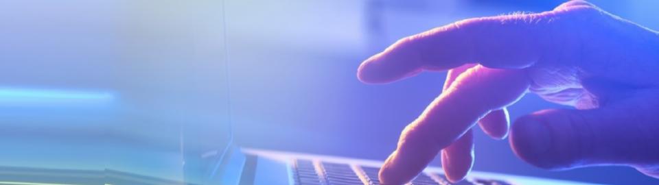 Une main travaillant sur ordinateur
