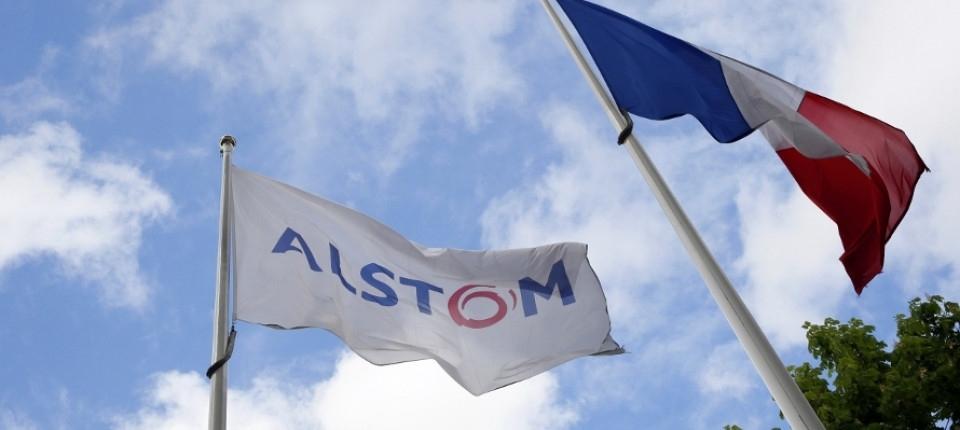 Drapeau d'Alstom flottant aux côtés du drapeau français
