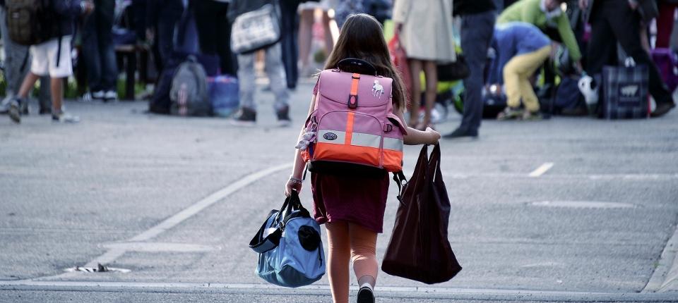 Une enfant part à l'école
