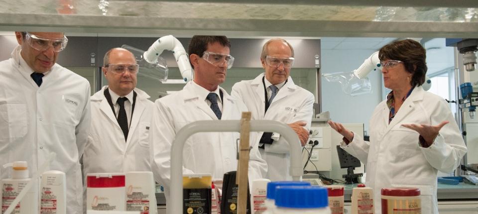 Manuel Valls en visite au centre de recherche de L'Oréal à Saint-Ouen