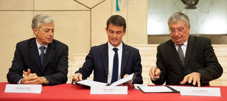 Photo de Manuel Valls signant le contrat de plan Etat-Région avec le président de la Région Pays de la Loire Jacques Auxiette et le Préfêt de région Henri-Michel Comet