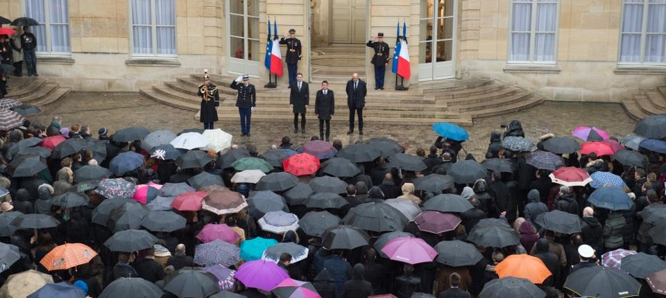 Minute de silence dans la cour de Matignon en présence de Manuel Valls