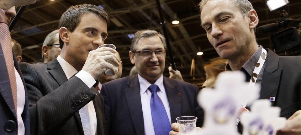 Photo du Premier ministre dégustant du lait au Salon International de l'Agriculture le 23 février 2015