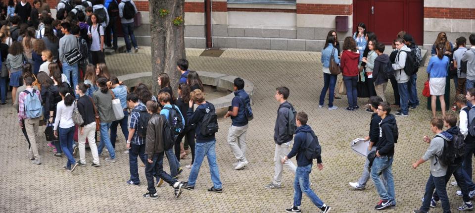 Des élèves dans une cour de collège