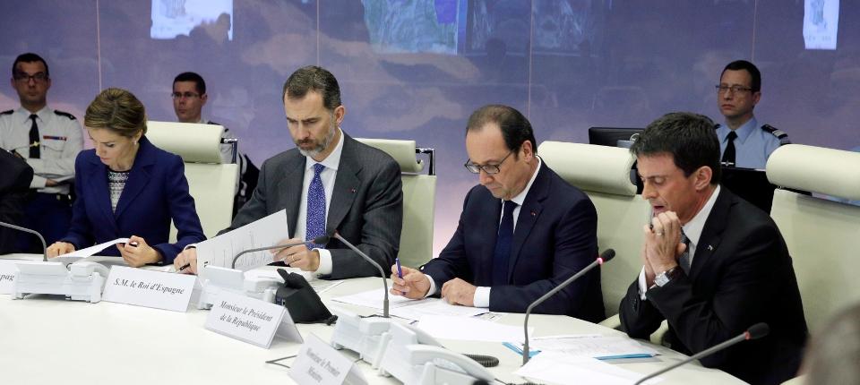 Photo du Premier ministre, du président de la République avec le Roi et la Reine d'Espagne en cellule de crise place Beauvau le 24 mars 2015