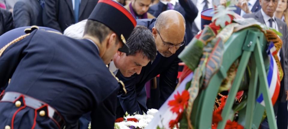 Manuel Valls dépose une gerbe de fleurs