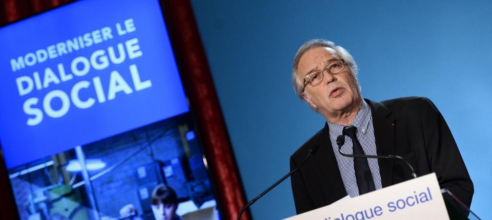 Photo de François Rebsamen présentant la réforme du dialogue social à Matignon le 22 février 2015.