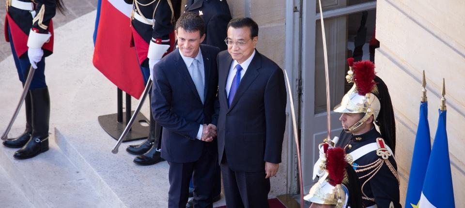 Photo de Manuel Valls et Li Kieqang sur le perron de l'hôtel de Matignon