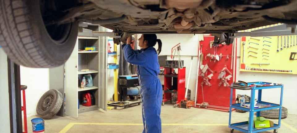Photo de formation pour filles au CAP de garagiste, dans le but d'ouvrir un garage féminin.