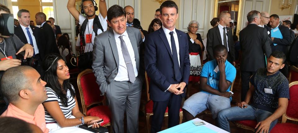Photo de Manuel Valls avec Patrick Kanner, ministre de la Jeunesse, lors des Rencontres de la Jeunesse le 12 juin à la Réunion.