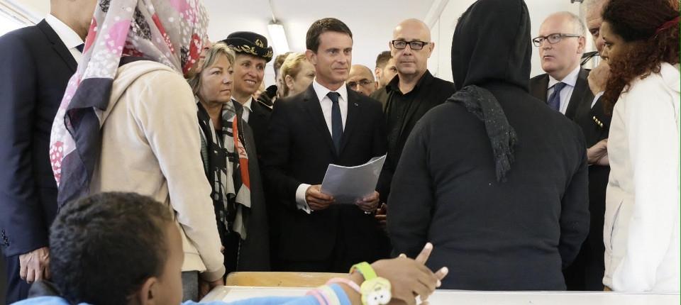 Manuel Valls à la rencontre de réfugiés dans un centre d'accueil à Calais