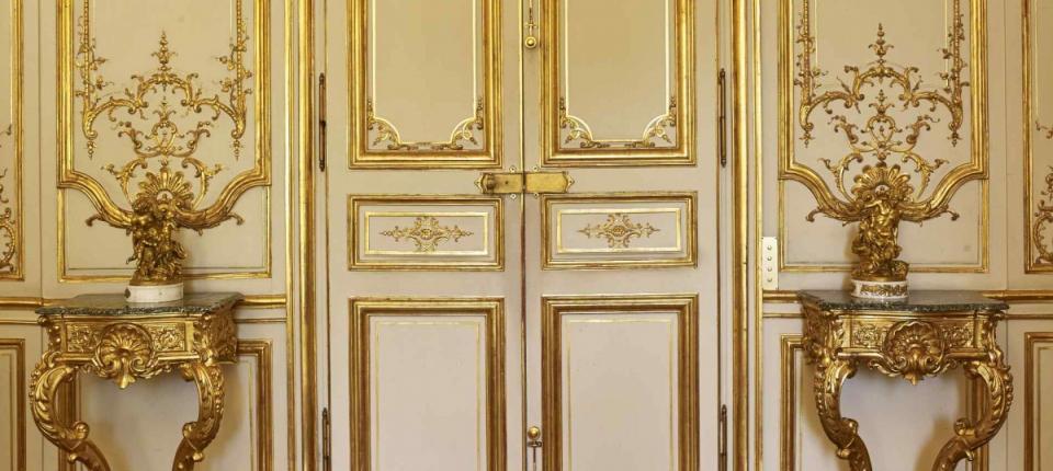 Détail des boiseries de style rocaille par l'artiste Michel Lange des portes du Salon bleu