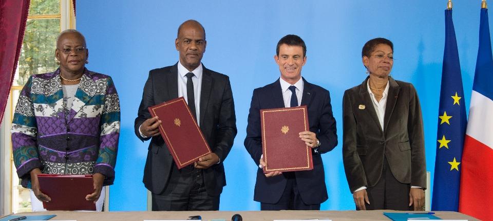 Manuel Valls lors de la signature du CPERD Martinique
