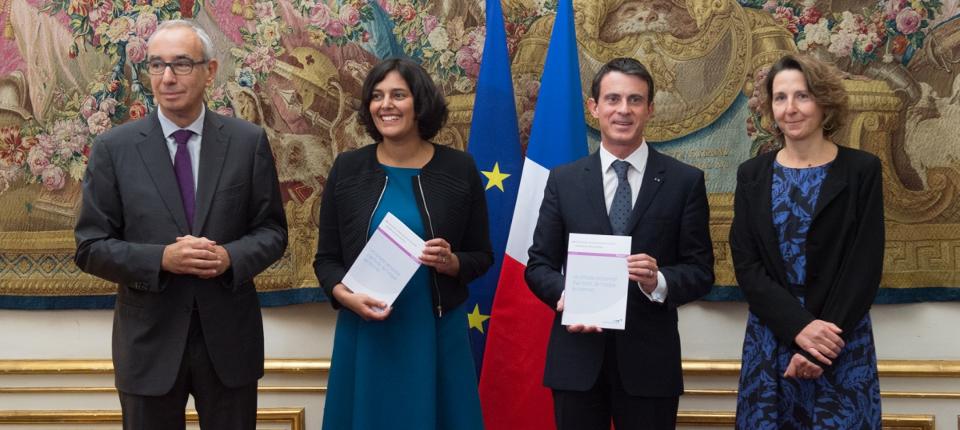 Photo de Manuel Valls recevant le rapport de France Stratégie sur le compte personnel d'activité, avec Myriam El Khomir à Matignon le 9 octobre 2015.