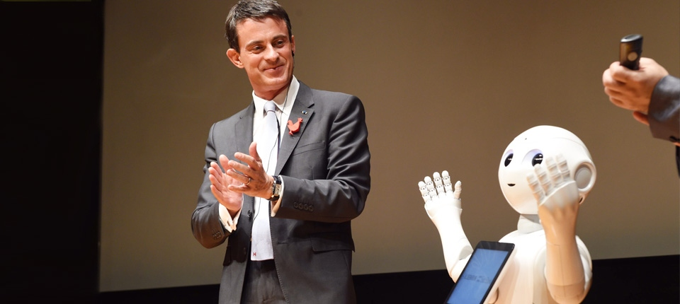 Photo de Manuel Valls à côté du robot Nao, au Japon le 5 octobre 2015
