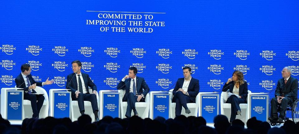 Photo de Manuel Valls lors d'une table ronde consacrée à l'avenir de l'Europe au Forum Econonomique Mondial de Davos le 21 janvier 2016 ; il est notamment entouré d'Alexis Tsipras, de Wolfgang Schaüble et de Mark Rutte.