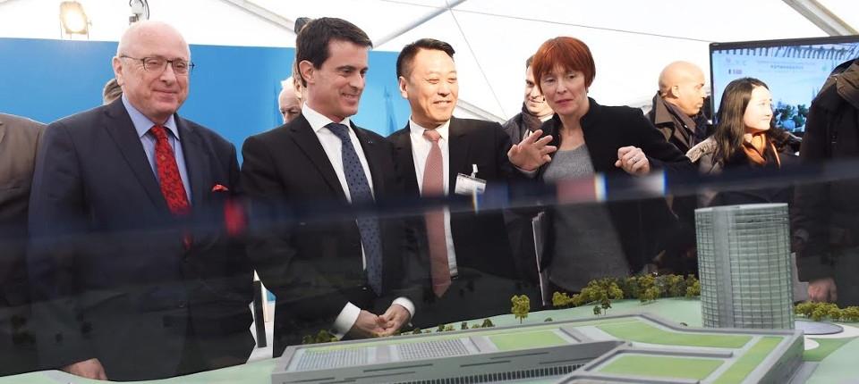 Manuel Valls lors de la visite de l'entreprise INESA, à Verdun