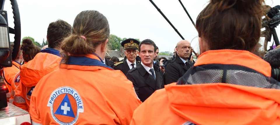 Le 2 juin, Manuel Valls rencontre les personnels de la sécurité civile à Nemours.