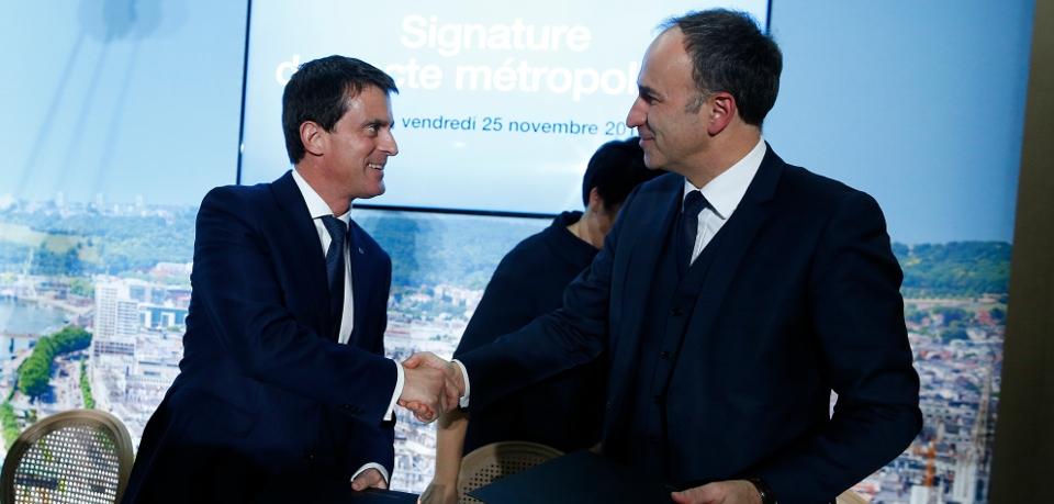 Le Premier ministre, Manuel Valls, serrant la main du président de la Métropole Rouen-Normandie, Frédéric Sanchez, après la signature du Pacte métropolitain d'innovation,  le 25 novembre 2016.