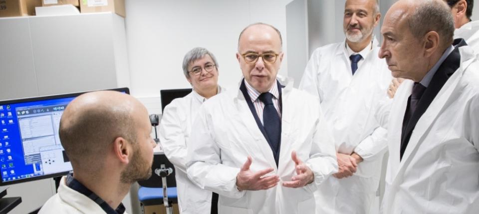 Bernard Cazeneuve lors de la visite l'Institut de Recherche Technologique Bioaster à Lyon