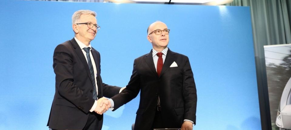 Poignée de main entre le Premier ministre et le président de Région Centre Val de Loire suite à la signature sur la gouvernancedes lignes des trains d'équilibre