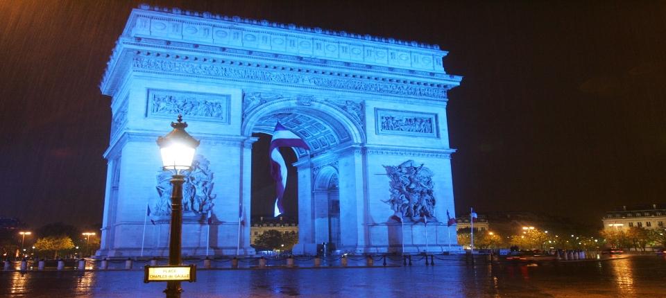 Arc de Tromphe éclairée en bleu