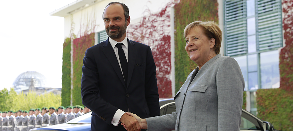 Edouard Philippe et Angela Merkel se serrent la main