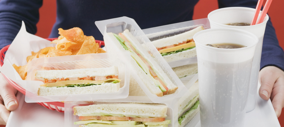 Plateau de fast food avec beaucoup de suremballages