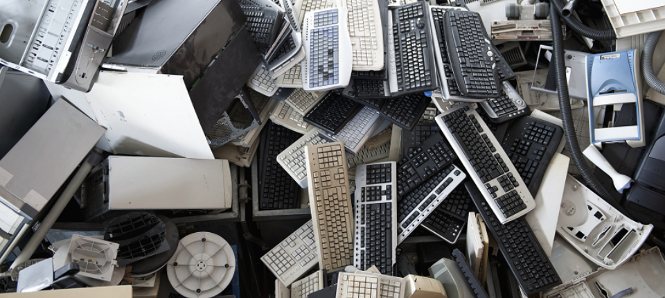 Ordinateurs et autres produits électroniques jetés en vrac