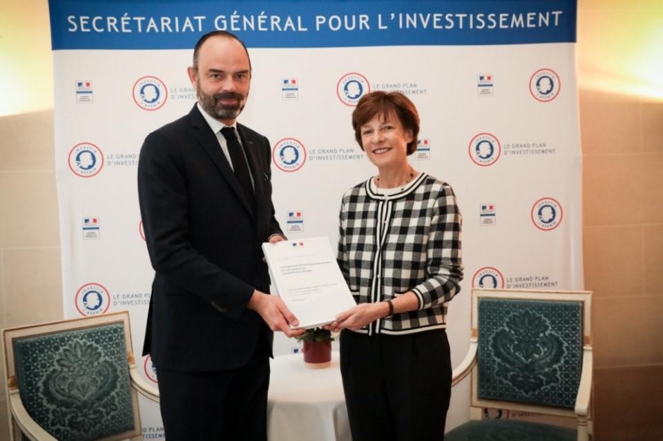 Remise du rapport d'évaluation du PIA au Premier ministre, par Mme Barbizet.