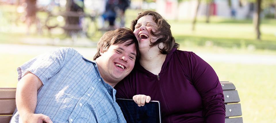 1 couple d'handicapés réjouis