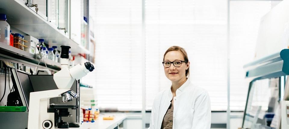 chercheuse heureuse dans son labo
