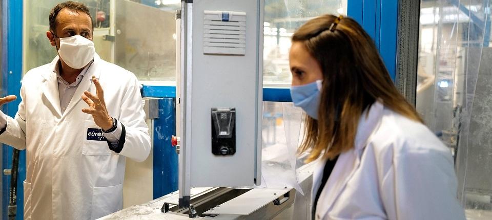 Des salariés de laboratoire masqués