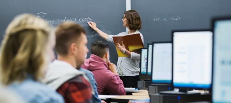Professeure et élèves dans une salle avec ordinateur
