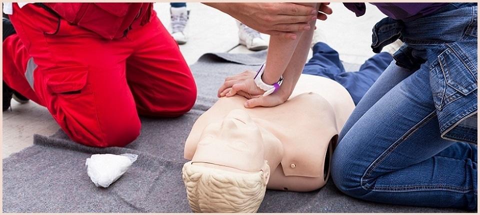 Entrainement au premier secours avec un mannequin