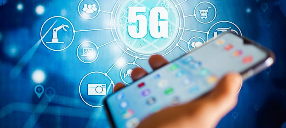 Un téléphone dans une main avec l'illustration de services 5G