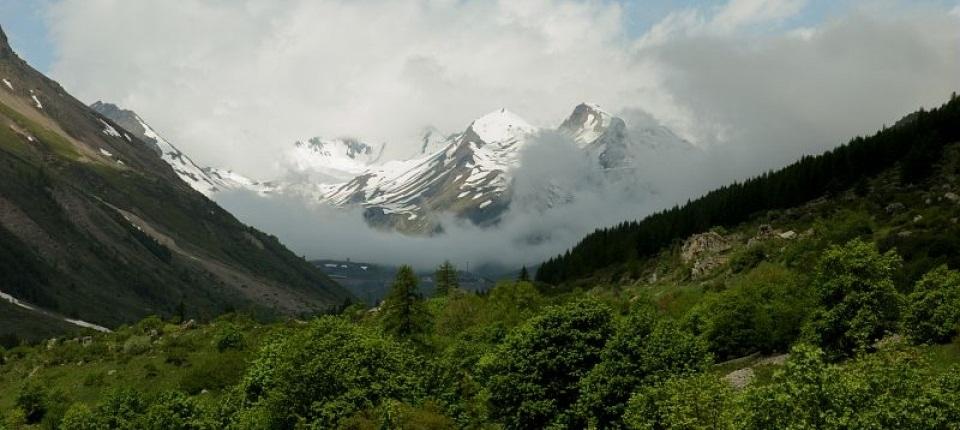 Des neiges éternelles au sommet d'une montagne.