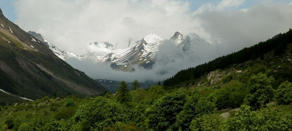 Des neiges �ternelles au sommet d'une montagne.