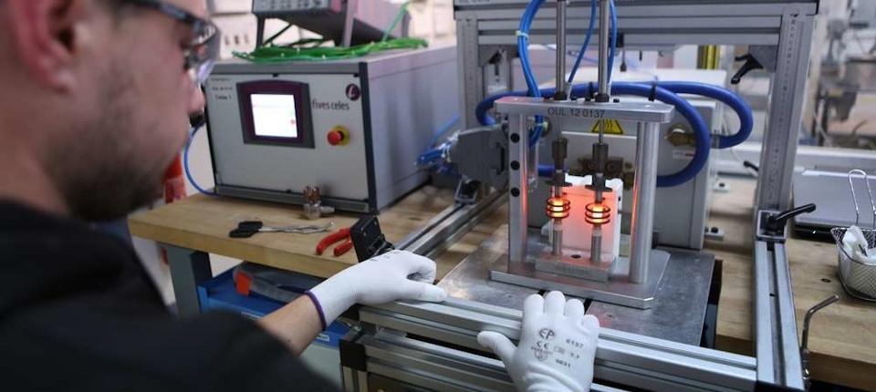 Un ouvrier de l'entreprise Aeva, sp�cialis�e dans les syst�mes d'allumage de turbines d'h�licopt�res.