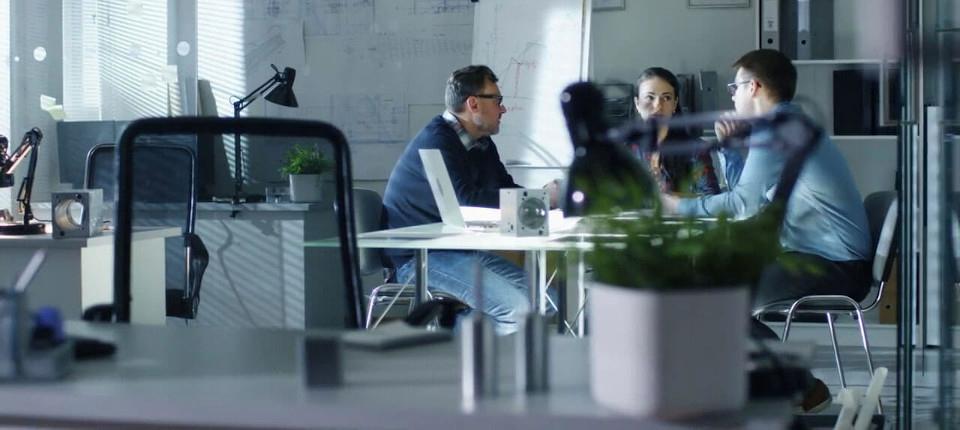 Photo du bureau d'�tudes de l'entreprise Agula Technologie avec trois collaborateurs