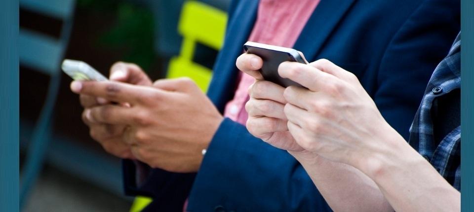 Des personnes regardent leurs téléphones portables