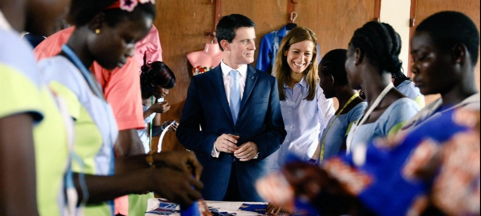 Manuel Valls with youngsters during ihis visit in Africa