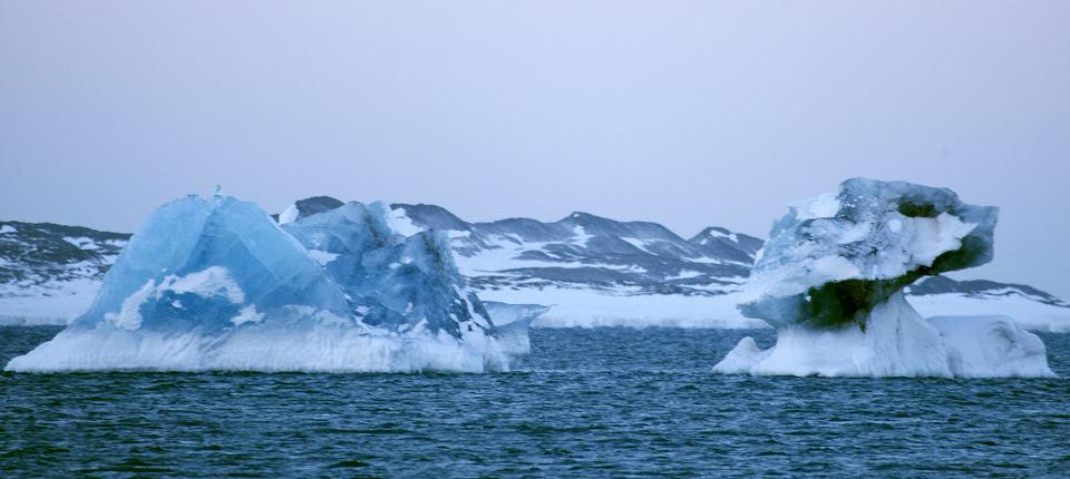 The edge of Kongsbreen glacial bay, the Kings Glacier