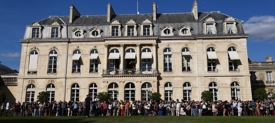People visiting the Élysée Palace