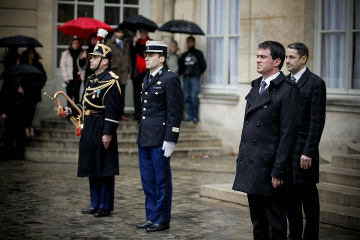 Manuel Valls dans la cour de l'Hôtel de Matignon pendant la minute de silence