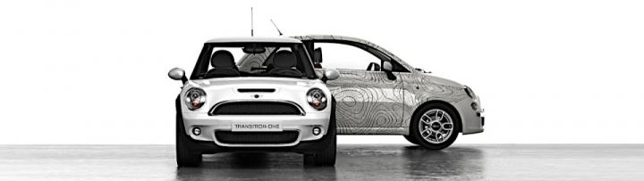Photo d'une mini et d'une Fiat 500 rétrofitées