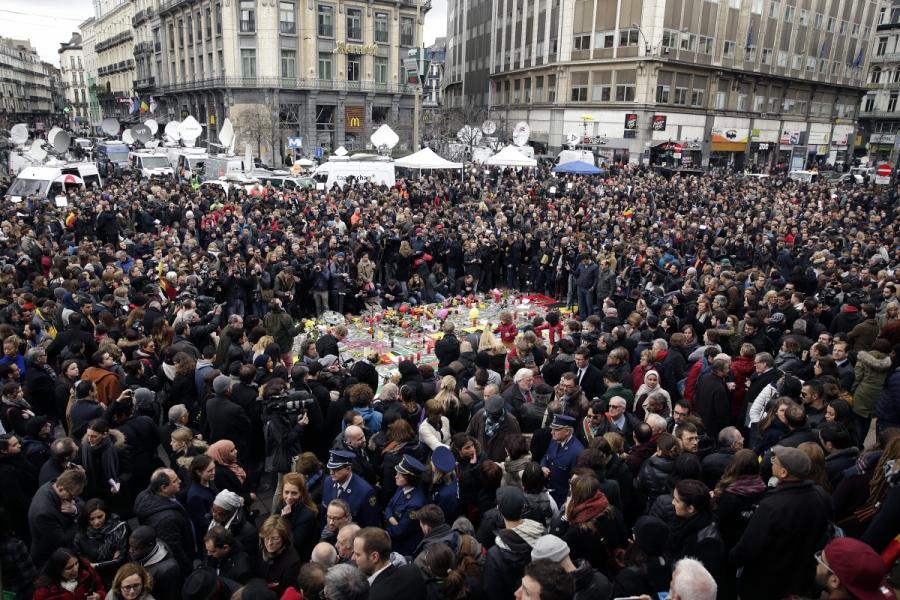 Plusieurs milliers de personnes ont respecté une minute de silence en hommage aux victimes des attentats, notamment sur la place de la Bourse à Bruxelles
