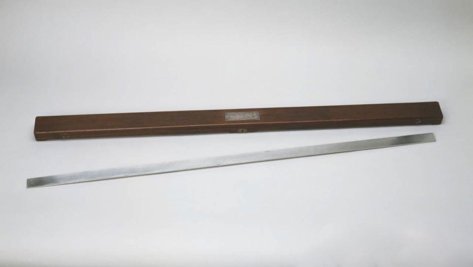 Étalon prototype du mètre avec son étui, fabriqué par Lenoir, platine, 1799